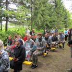 Жители и гости слушают и участвуют в праздничном мероприятии